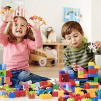 Только в игре ребенок познает с удовольствием, а новый материал запоминает надолго. Игра движет обучением. Обучаясь легко, ребенок легко усваивает новые формы. Название датской компании, производящей самый популярный в мире...