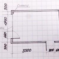 Вопрос: Здравствуйте! Посоветуйте, пожалуйста, как расставить мебель в комнате для мамы и дочки. Уже не знаю, что придумать! Дочке 4 года. Размеры комнаты – 3100х4700 мм. Есть балкон, под окном...