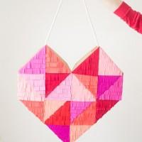 Яркое, красочное геометрическое сердце, декорированное бумажной бахромой – интересное и простое в изготовлении украшение к празднику Дня всех влюбленных. В нашей статье мы рассмотрим мастер-класс от американского дизайнера, прекрасной женщины...