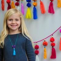 Яркие, нарядные и простые в изготовлении декоративные кисточки, сплетенные в длинное ожерелье – симпатичное украшение для девичьей комнаты, которое можно сделать вместе с ребенком! Предлагаем вам интересный и совершенно не...