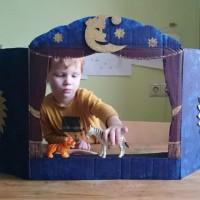 Предлагаю вам очень быстрый и простой мастер-класс по созданию ширмы для кукольного театра из самой обыкновенной картонной коробки. Попробуйте смастерить его вместе с детьми. Уверена, что вы интересно и весело...