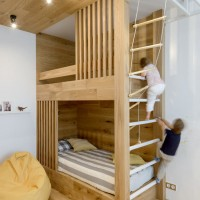 Оригинальный проект детской комнаты для мальчика 4 лет от дизайнера Ксении Елисеевой. который она делала для семьи из Новосибирска. Главным элементом комнаты является двухуровневая деревянная кровать, на первом этаже которой...
