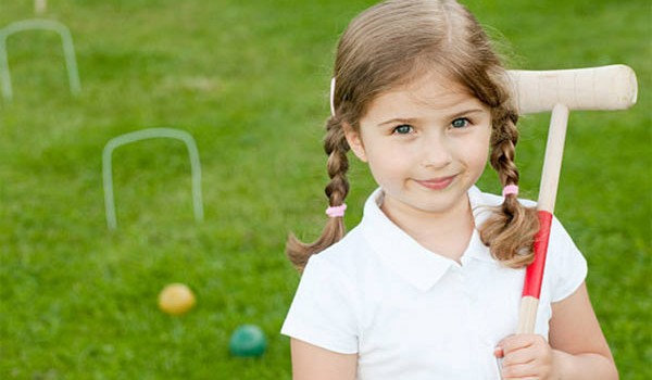 Подвижные игры на даче полезны для детей, большую часть года проводящих в стенах школ и городских квартир. Конечно, трех летних месяцев недостаточно, чтобы компенсировать ущерб от малоподвижного образа жизни, однако...