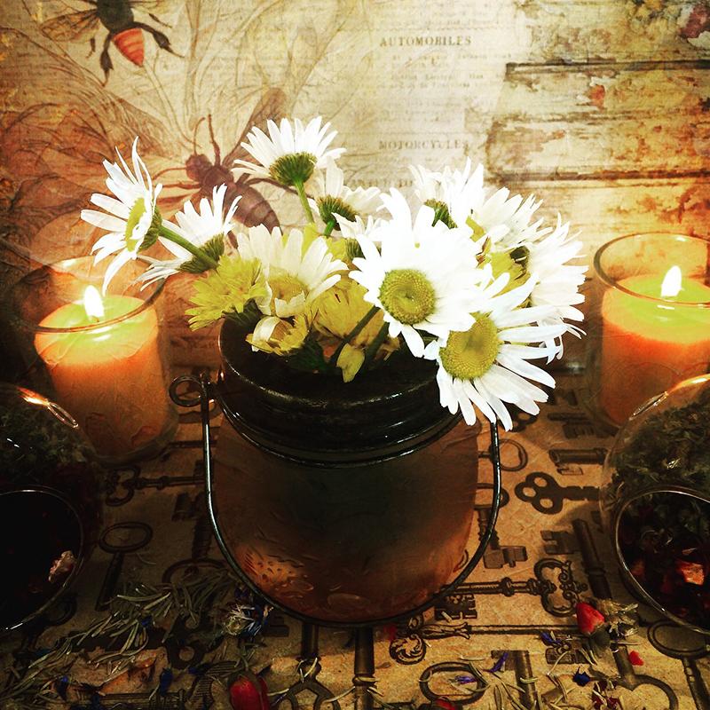Цветы и свечи - так просто и красиво! Их сочетание - лучший способ привлечь Хюгге в ваш дом