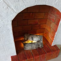 Сегодня мы будем делать очень актуальный в этом сезоне декоративный объект – камин. Он отлично впишется в зимний интерьер комнаты и внесет в нее праздничную атмосферу Рождества и Нового года....