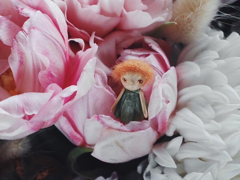 А эта трогательная кукла напоминает Дюймовочку, только появившуюся не из раскрытого тюльпана, а из розового бутона