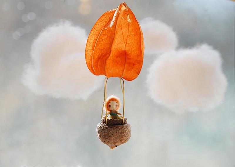 В качестве воздушного шара выступает цветок физалиса и ореховая скорлупа